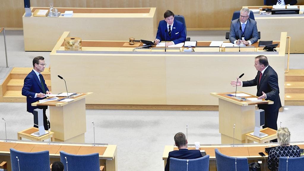 Moderaternas partiledare Ulf Kristersson (M) och Socialdemokraternas partiledare Stefan Löfven (S)  vid riksdagsårets första partiledardebatt i riksdagen.