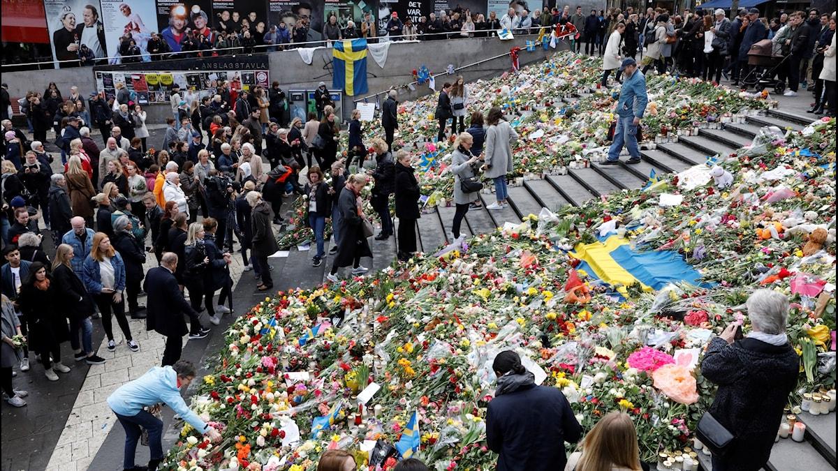 Tyst minut på Sergels torg i Stockholm för att hedrade de drabbade i dådet på Drottninggatan i fredags. Trappan på Sergels torg är full av blommor.