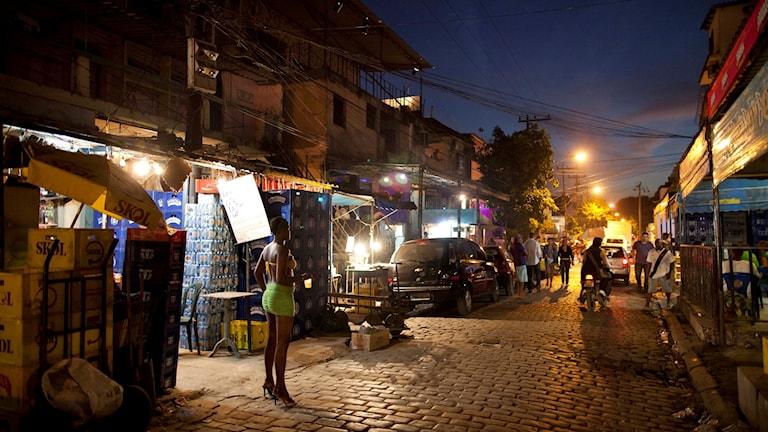 En prostituerad kvinna på gatan i Vila Mimosa-området i Rio de Janeiro, Brasilien.