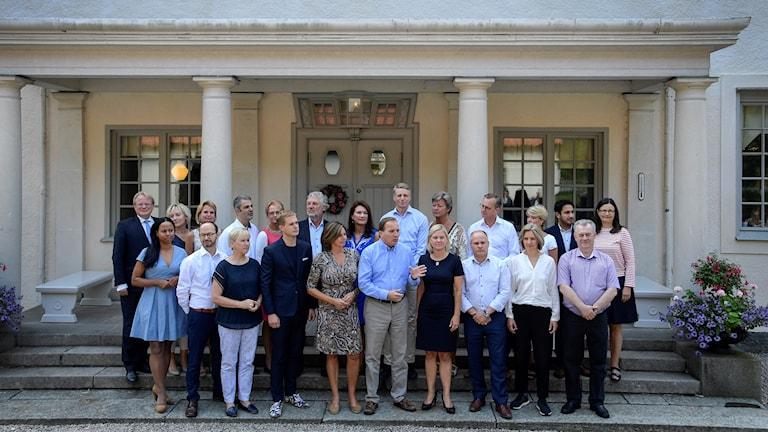 Regeringen är samlad på trappan till herrgården Harpsund.