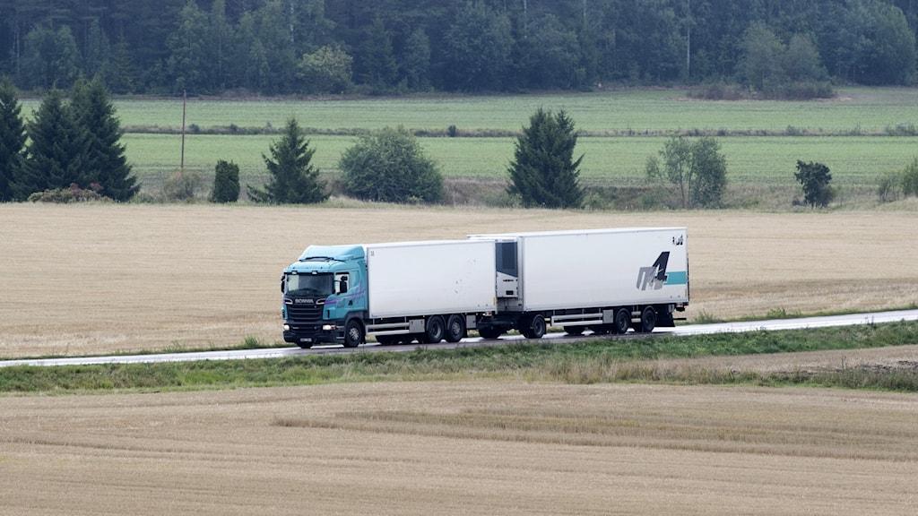 En lastbil på en väg.