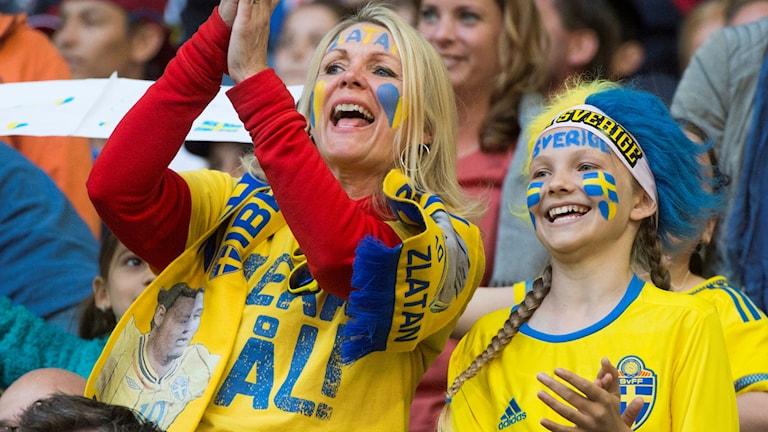 Två glada supportrar på läktaren vid landskampen mellan Sverige och Wales på Friends Arena.
