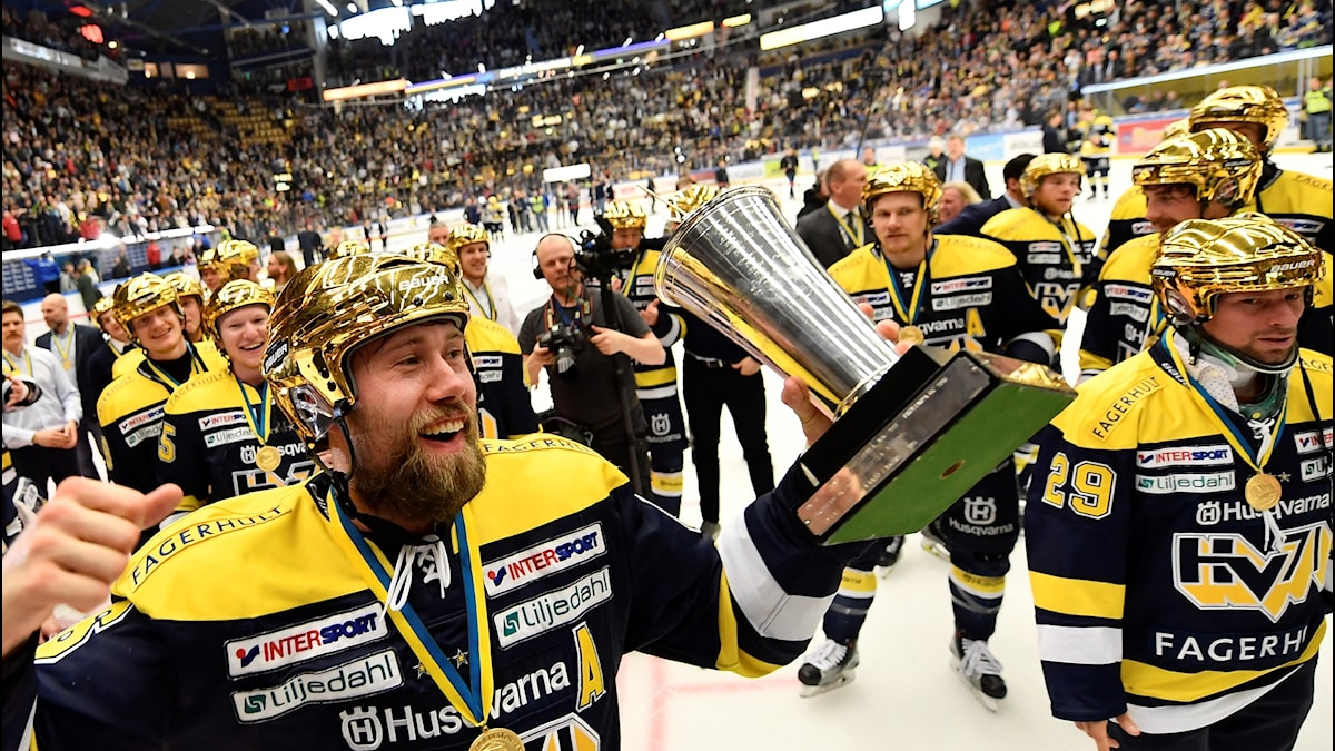 HV71:s Christoffer Persson med guldhjälm och pokal firar segern och SM-guldet.