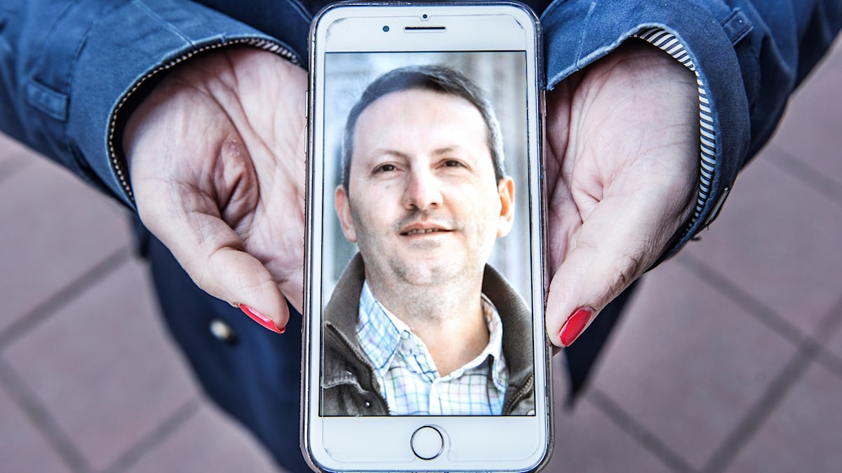 Ahmadreza Djalali i ett foto i en mobiltelefon. Foto:  Tomas Oneborg/TT