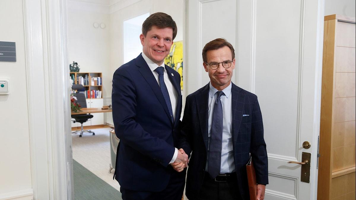 Moderaternas partiledare Ulf Kristersson (M)   hälsar på riksdagens talman Andreas Norlén