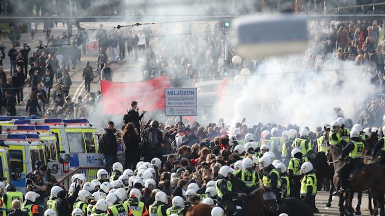 Polis stoppar motdemonstranter vid Nordiska motståndsrörelsens (NMR)