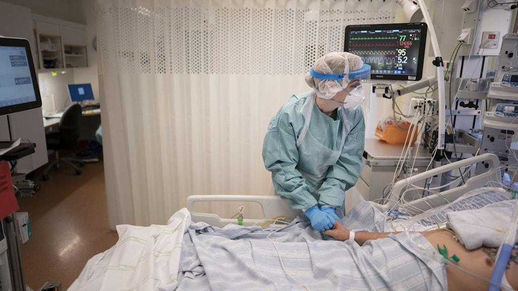 Bilden visar en läkare som vårdar en patient med intensivvård.