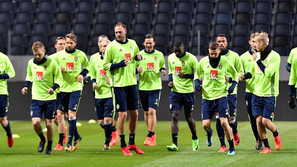 Sveriges landslag tränar inför matchen mot Italien.