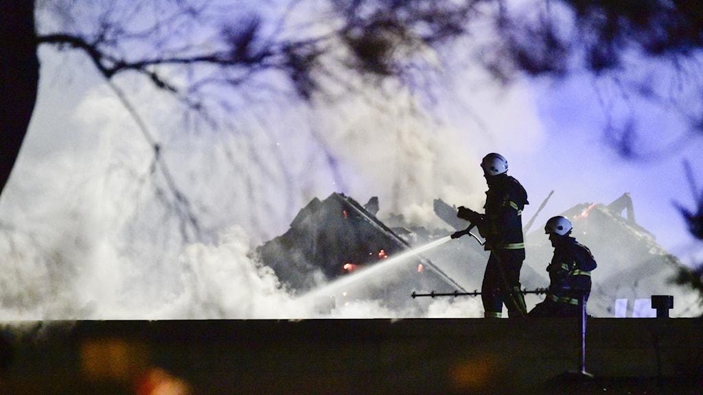 Räddningstjänsten jobbar med att släcka branden i studentboendet i Halmstad.