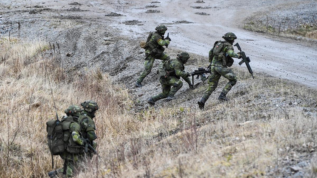 Kvinnliga och manliga rekryter i full stridsutrustning övar lågintensiv strid vid markstridsskolan i Kvarn utanför Borensberg. Militär grundutbildning.