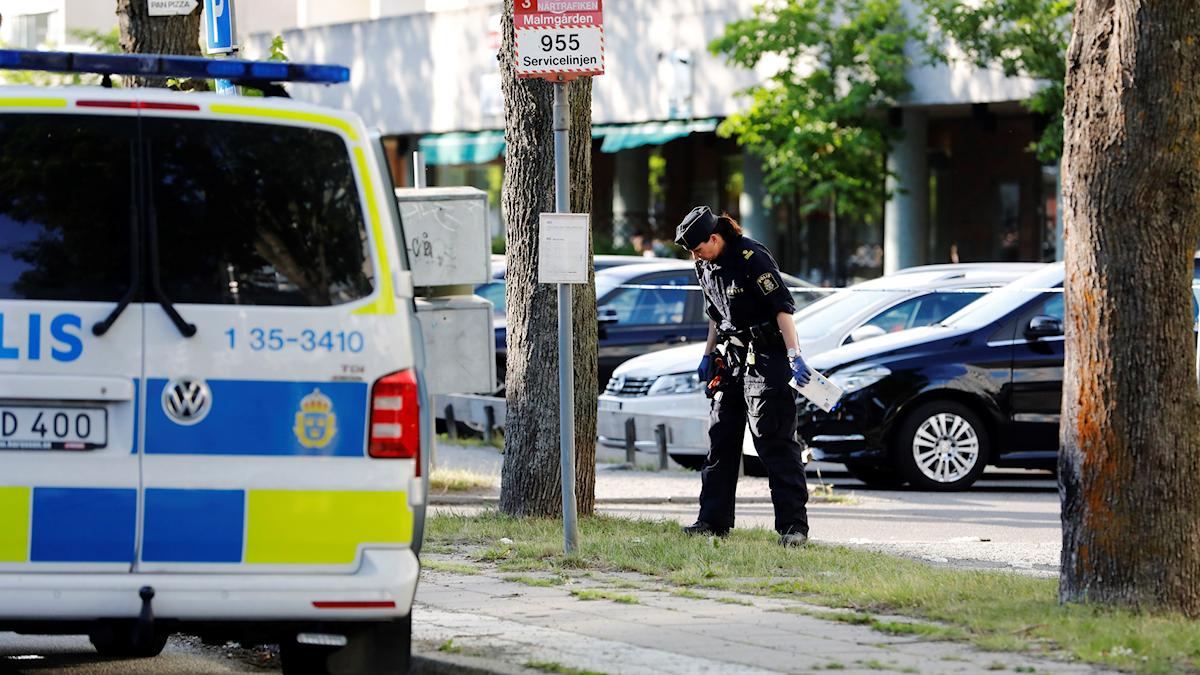 Poliser i Sollentuna efter skjutningen.