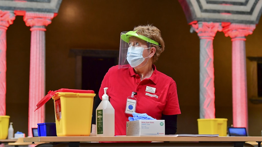Sjuksköterskan Christina Alm vaccinerar i Stockholms stadshus.
