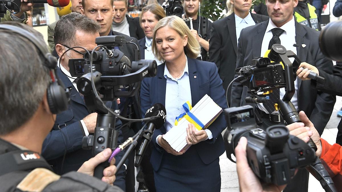 Finansministern Magdalena Andersson, med budgeten i famnen. Hon är på väg till riksdagen, för att presentera budgeten.
