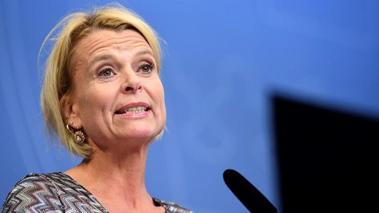 Regeringens minister för jämställdhet Åsa Regnér på en presskonferens.