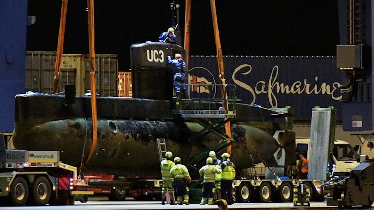 Ubåten lyfts upp ur vattnet. Foto: Johan Nilsson/TT