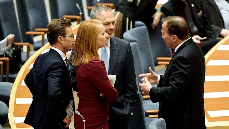 Moderaternas partiledare Ulf Kristersson, Centerpartiets ledare Annie Lööf, Liberalernas partiledare Jan Björklund och statsminister Stefan Löfven pratar med varandra i pausen på debatten i riksdagen.