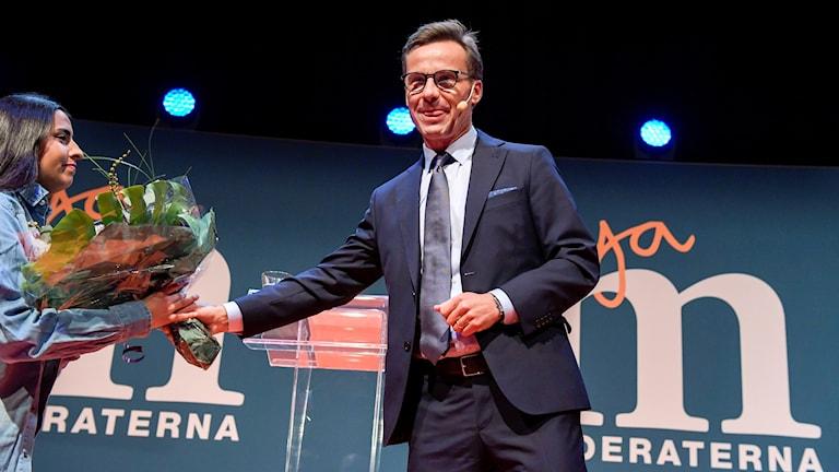 Ulf Kristersson får blommor efter talet när Moderaterna håller extrastämma på ett hotell i Stockholm för att välja efterträdaren till Anna Kinberg Batra.