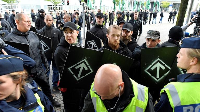 Polis på plats vid en otillåten nazistmarsch i centrala Göteborg den 17 september.