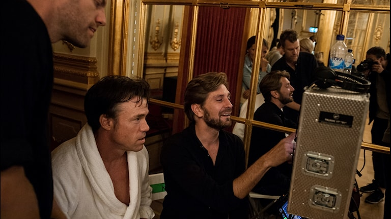 """Skådespelaren Terry Notary och regissören Ruben Östlund går igenom en scen under inspelningen av Östlunds film, The Square"""" på Grand Hotel i Stockholm."""
