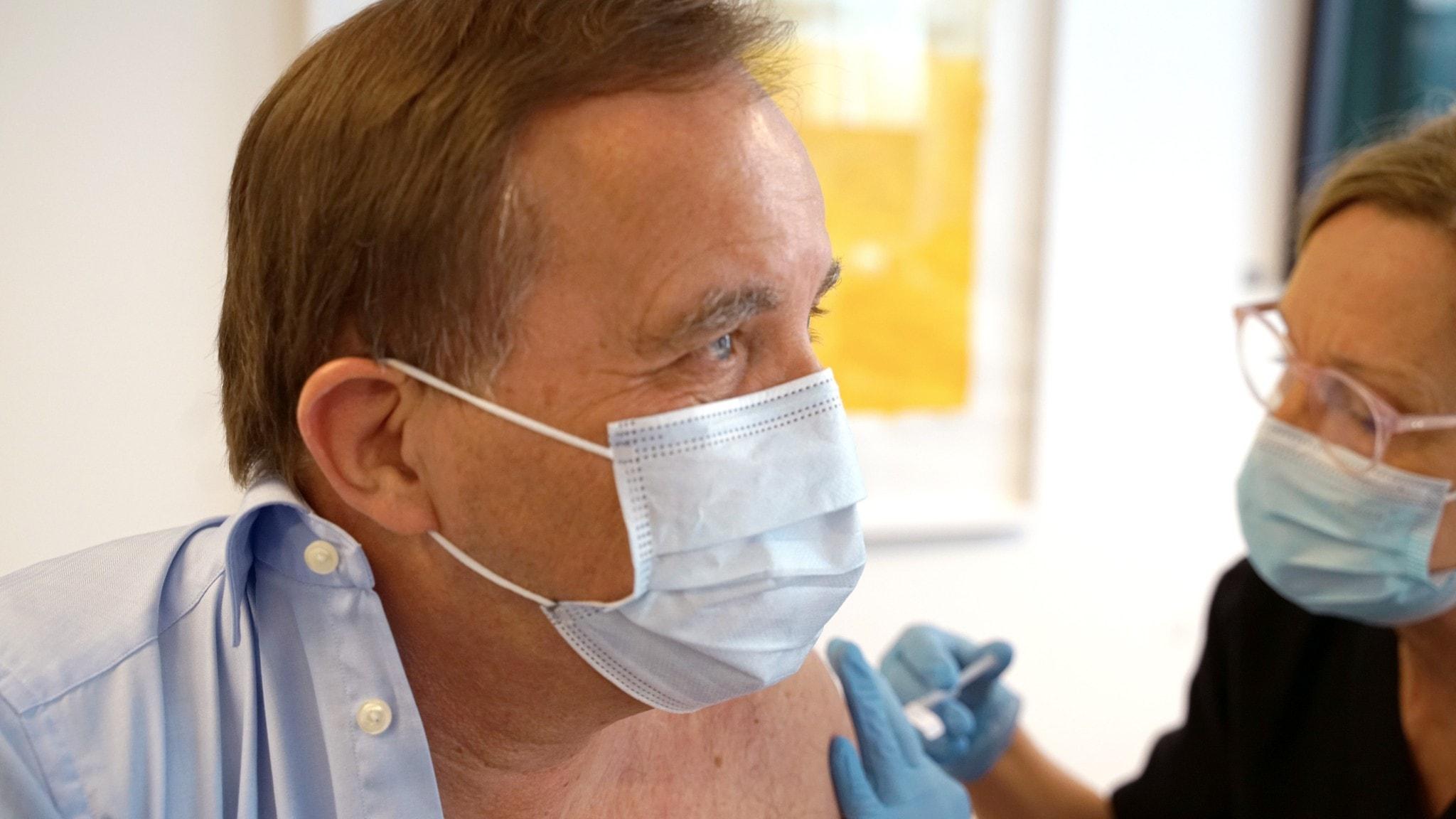 Bild på statsminister Stefan Löfven som vaccineras mot covid-19