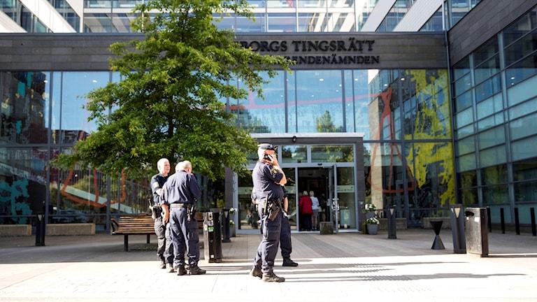 Det var många poliser på rättegången mot nazisterna.