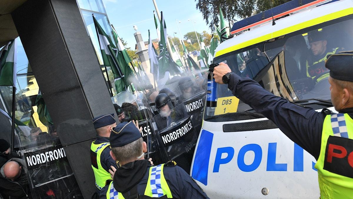 Nordiska motståndsrörelsens (NMR) hejdas av polis under demonstrationen på lördagen.