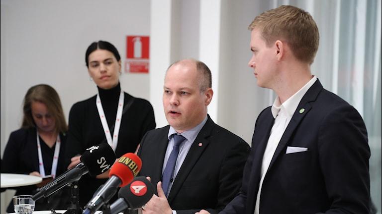 Justitieminister Morgan Johansson och utbildningsminister Gustav Fridolin på en pressträff.