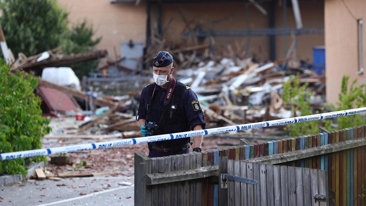 En polis vid platsen där explosionen i Linköping hände.