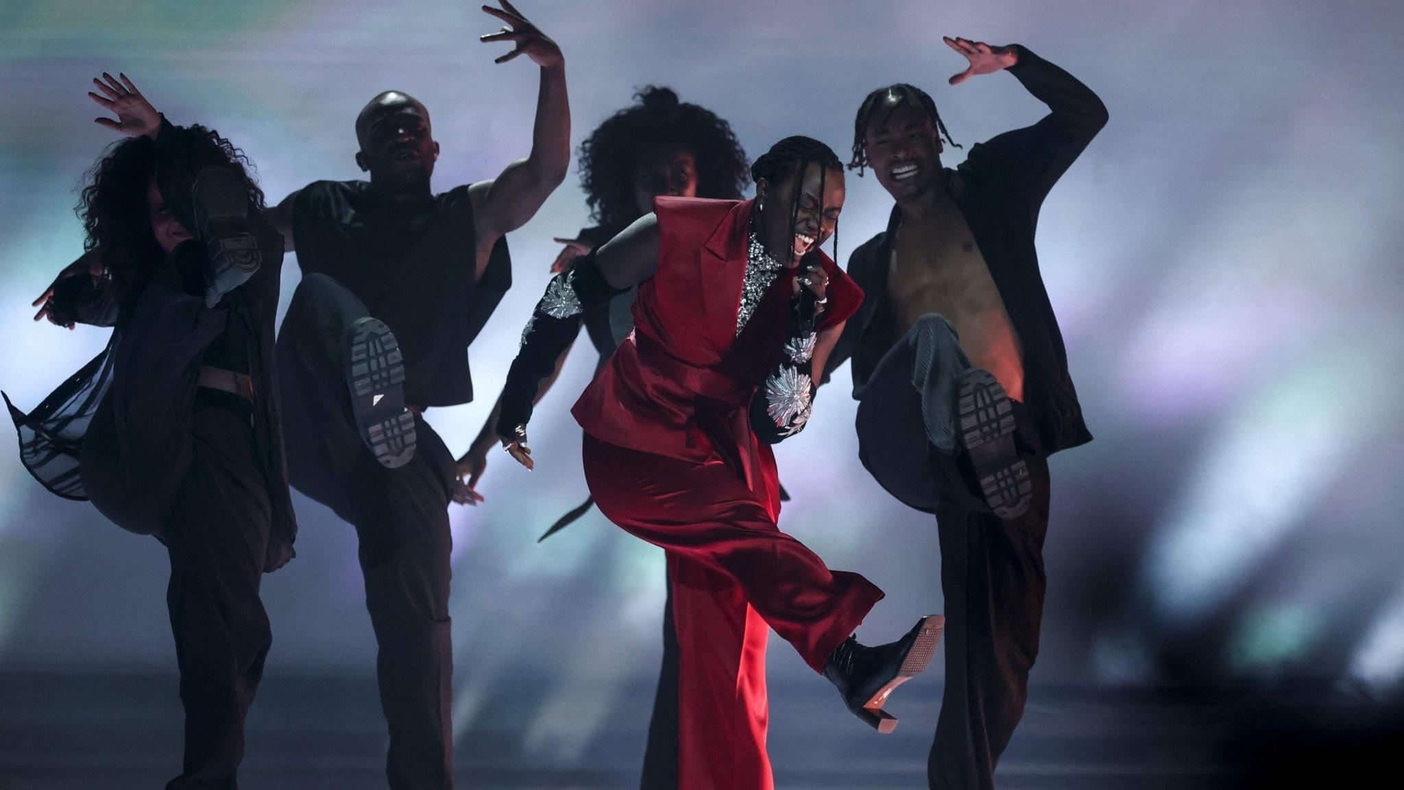 Tusse och dansare på scenen i Eurovision