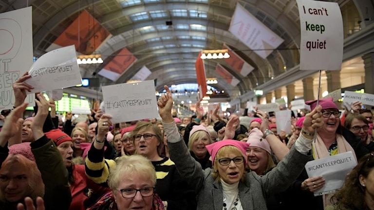 En så kallad flashmob hölls på onsdagen på Centralen i Stockholm med anledning av Internationella kvinnodagen. De rosa mössorna med kattöron, så kallade pussyhats, är en protest mot sexistiska uttalanden av Donald Trump.