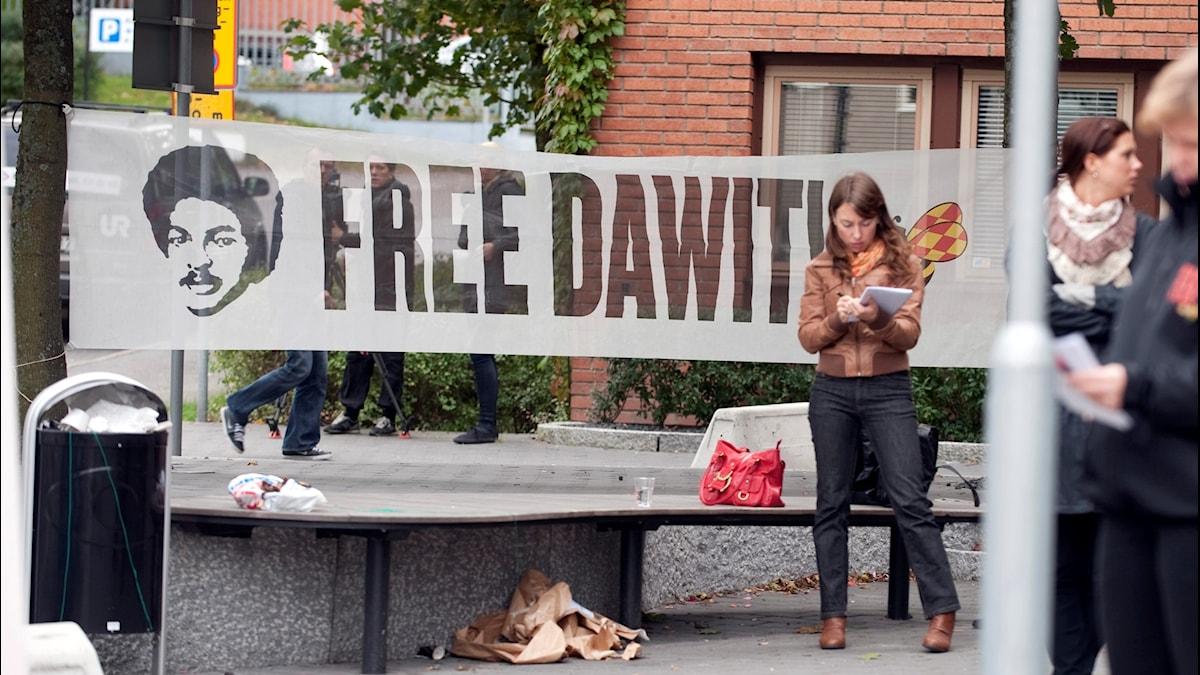 Stödföreningen för Dawit Isaak ordnar en manifestation utanför den Eritreanska ambassaden på Lidingö utanför Stockholm på tioårsdagen av gripandet.