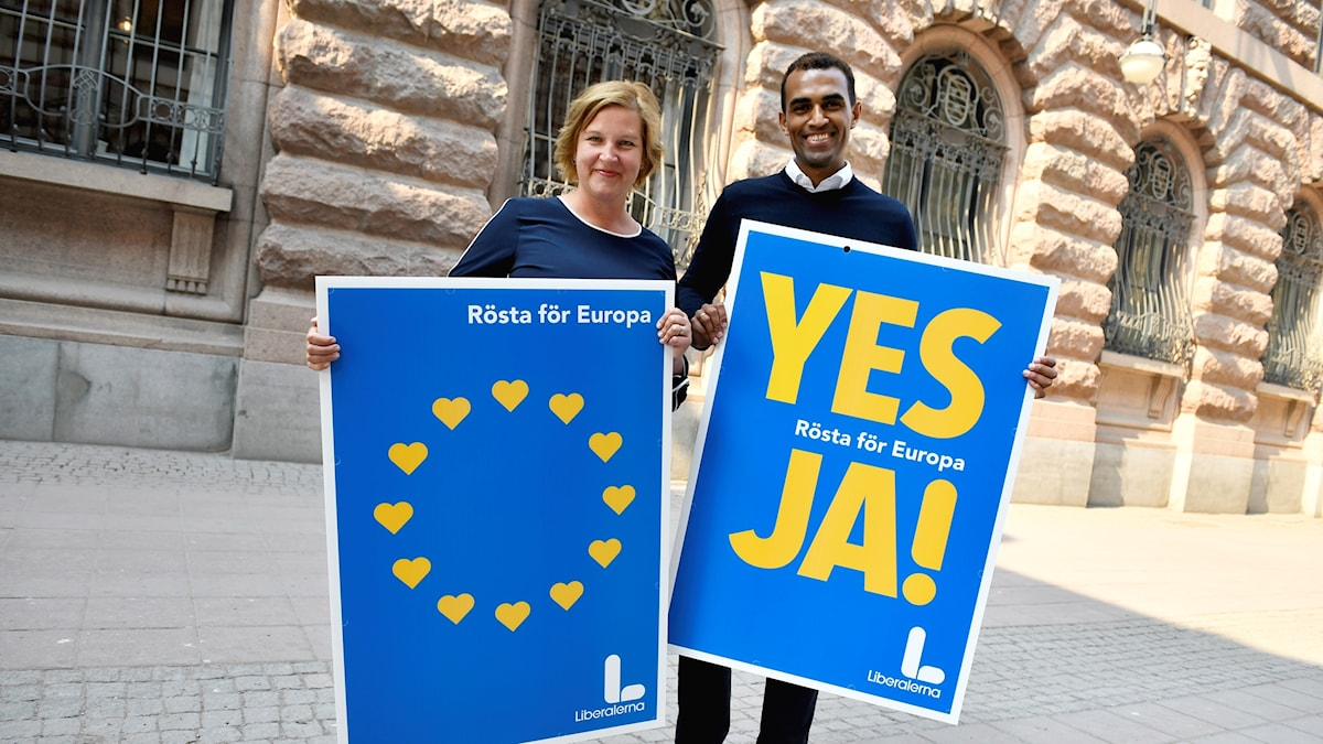 Liberalernas toppkandidaten Karin Karlsbro och andranamnet Said Abdu presenterar partiets valaffischer inför EU-valet