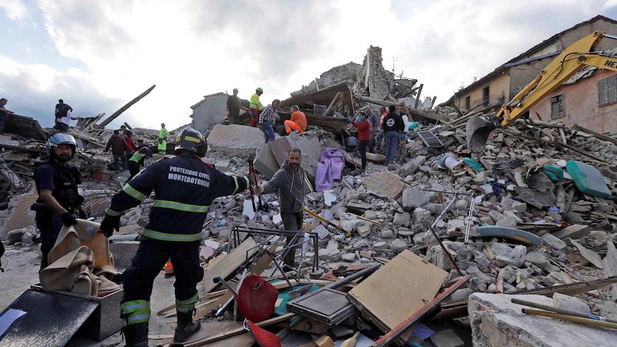 Räddningsarbetare letar efter överlevande i rasmassorna efter jordbävningen.