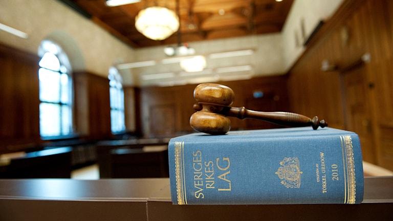 En domarklubba ligger på en lagbok i Stockholms tingsrätt