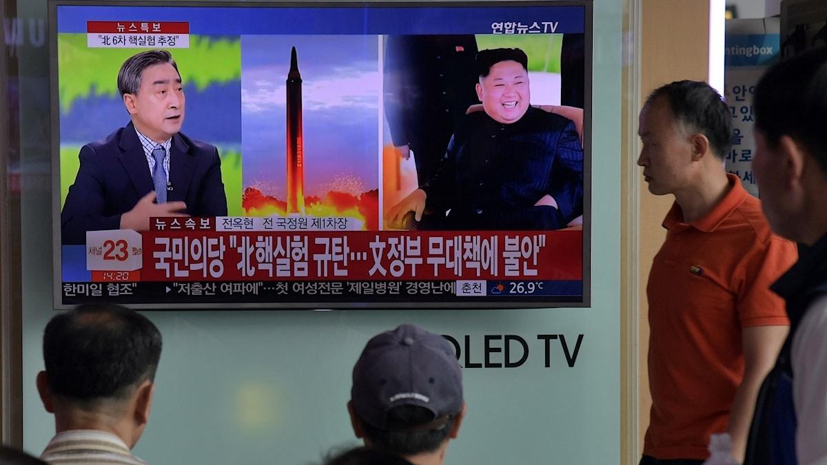 Sydkoreaner tittar på en tv som visar nyheter om Nordkoreas provsprängning av kärnvapen.