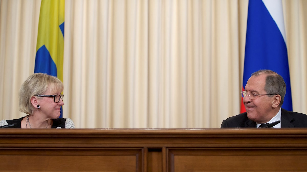 Sveriges utrikesminister Margot Wallström och Rysslands utrikesminister på pressträffen.