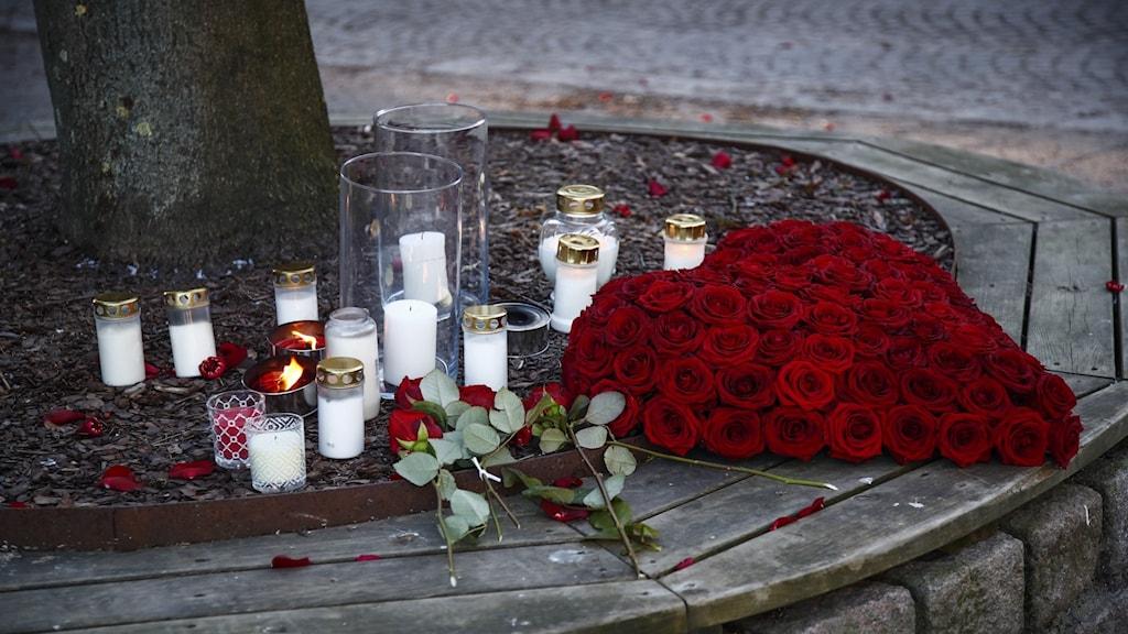 Blommor och ljus vid en av platserna där mannnen attackerade människor med kniv i Vetlanda.