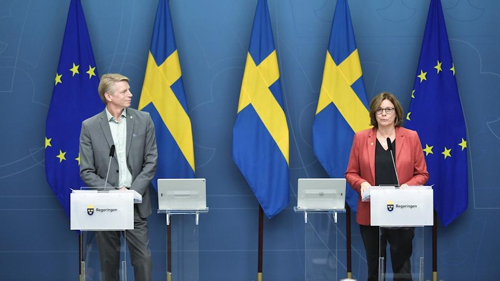 Miljöpartiets språkrör, finansmarknadsminister Per Bolund och klimatminister Isabella Lövin.