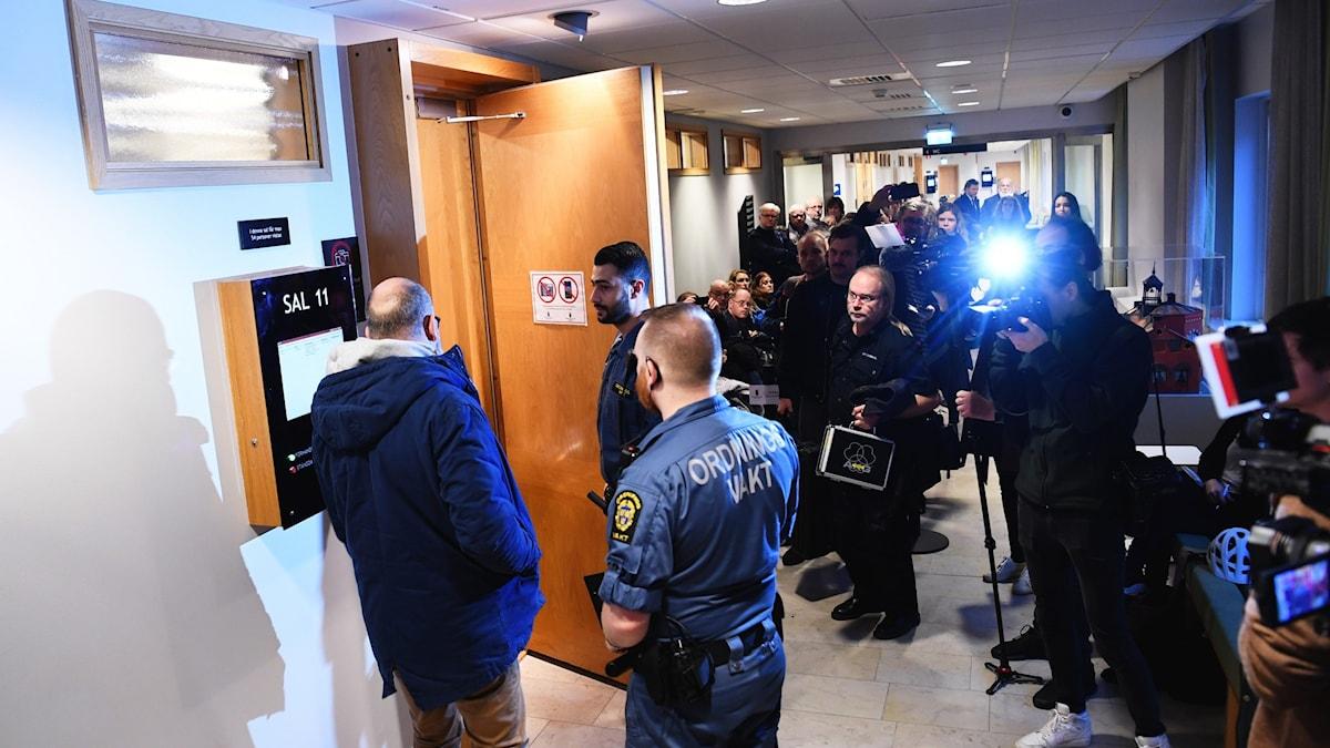 Personer utanför rättssalen i Uppsala tingsrätt.