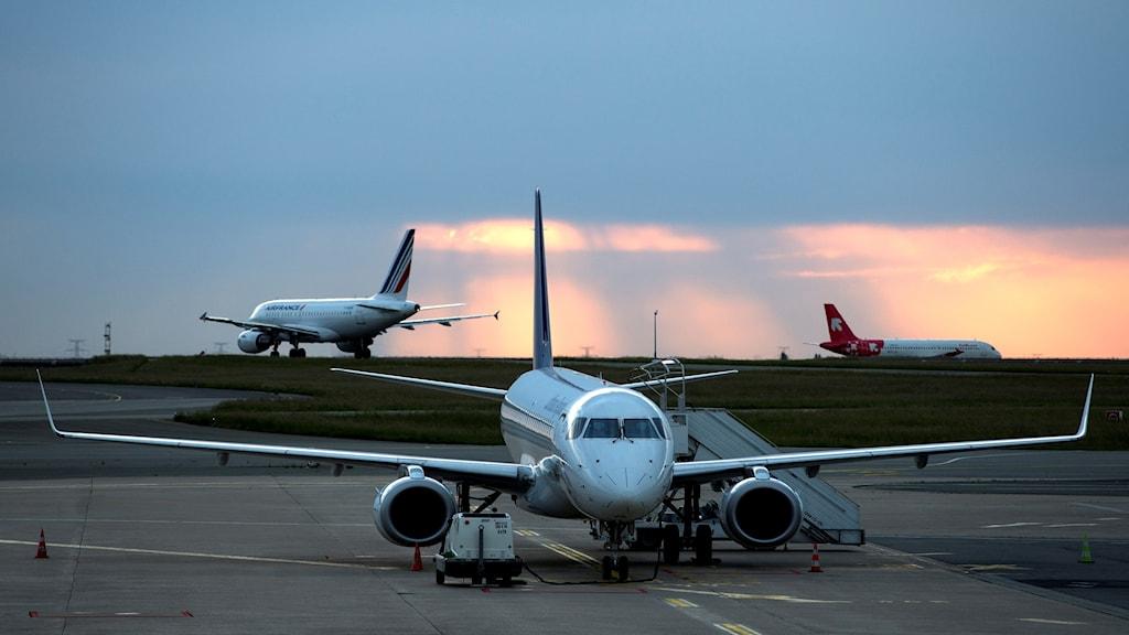 Flygplan på landningsbanan på Charles de Gaulles-flygplatsen i Paris.