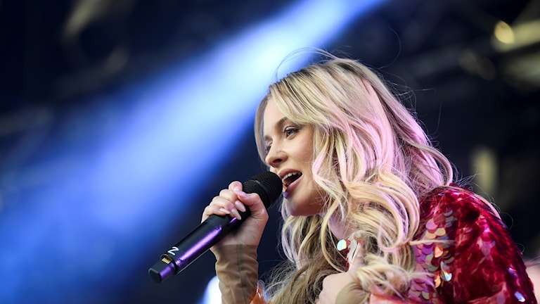 Artisten Zara Larsson sjunger