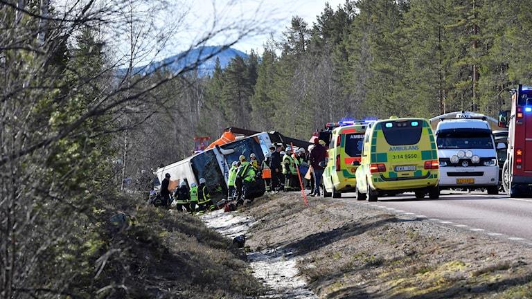 äddningstjänst och ambulans på platsen där en allvarlig bussolycka inträffade på E45 mellan Sveg och Fågelsjö i Härjedalen