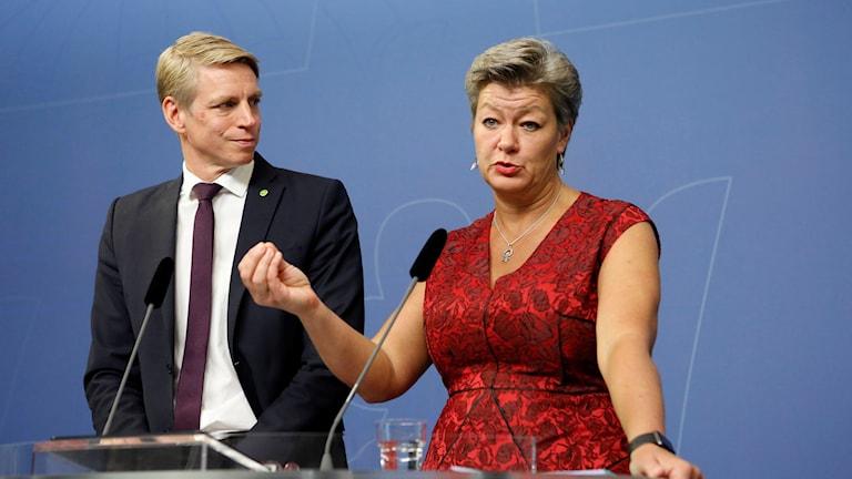 Finansmarknadsminister Per Bolund och arbetsmarknadsminister Ylva Johansson på en pressträff.