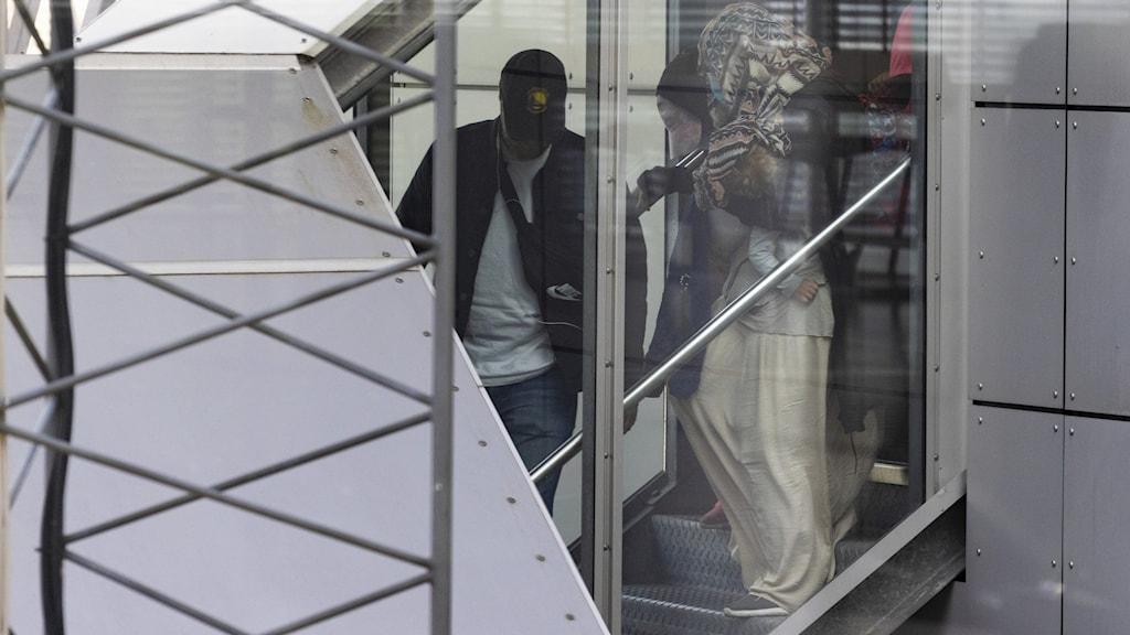 Tre svenska IS-kvinnor och deras sex barn som utvisats från Syrien landade på Arlanda i måndags.