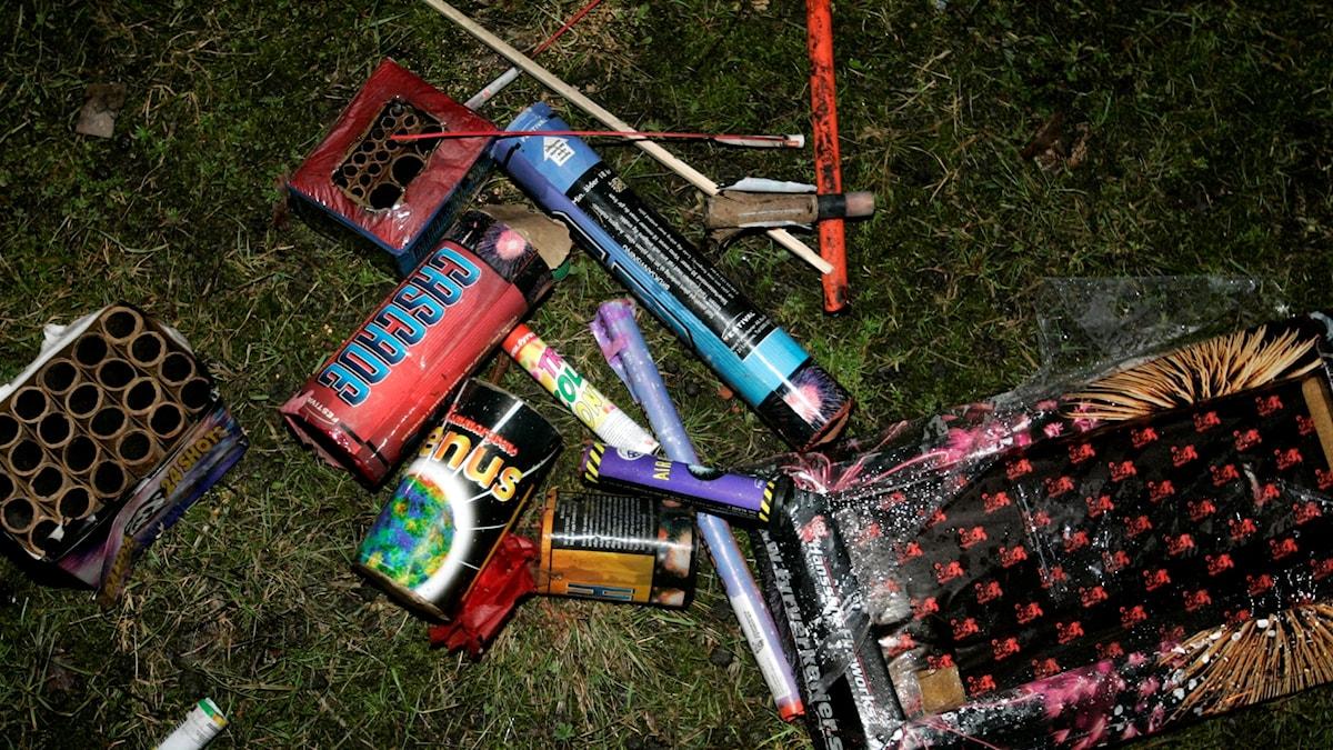 Rester av fyrverkerier på en gräsmatta.