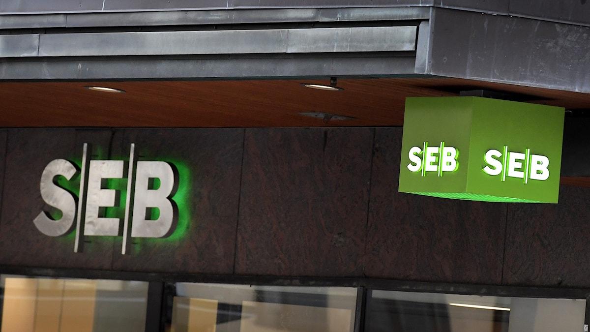 En skylt utanför banken SEB.
