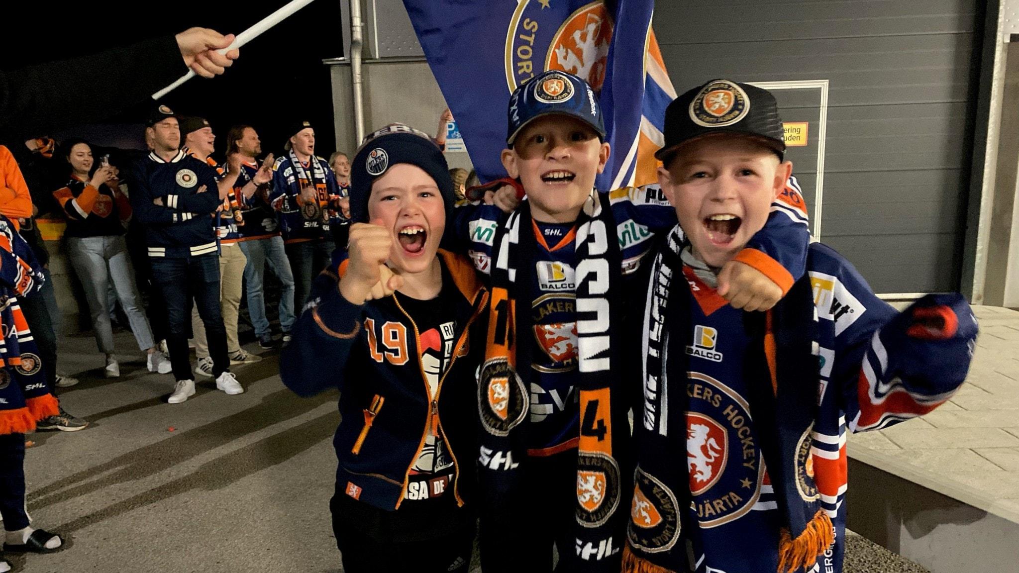 Bild på tre glada pojkar som är fans till ishockeylaget Växjö