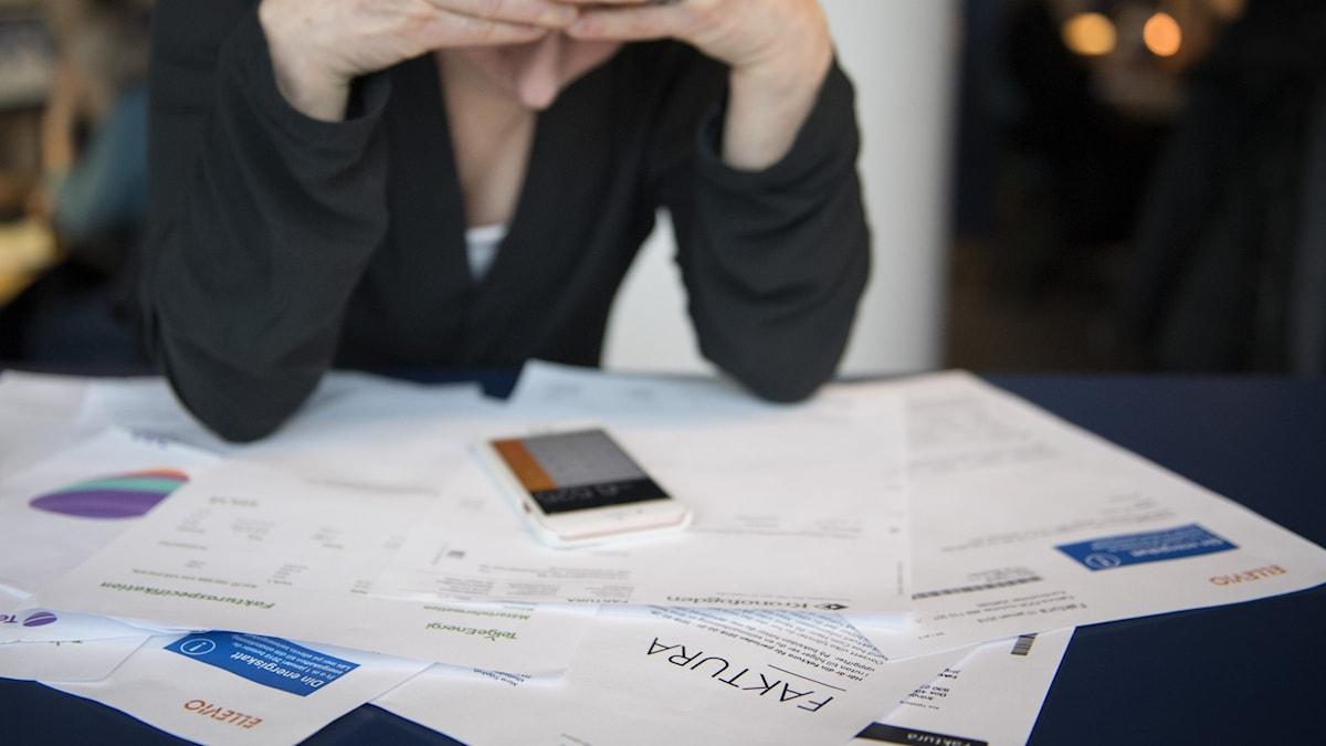 En kvinna med ekonomiska bekymmer.
