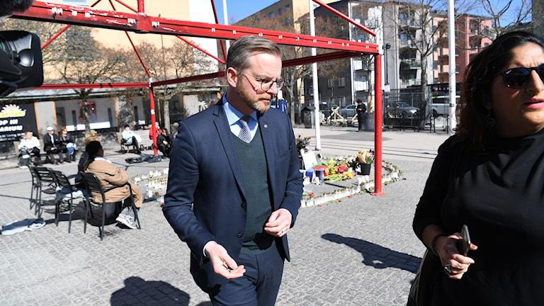 nrikesminister Mikael Damberg (S) besöker Sätra för att få en inblick i polisens arbete och för att träffa boende i området. Sätra har drabbats av flera skjutningar.