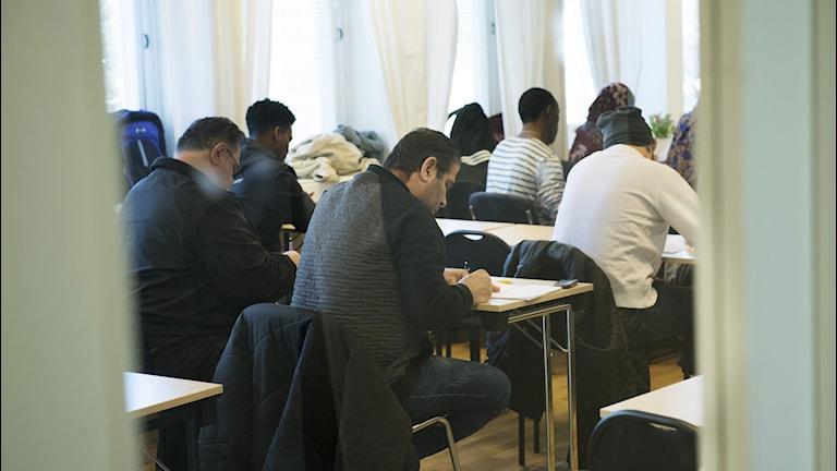 Asylsökande lär sig svenska på ett utbildningscenter för Sfi, svenska för invandrare i Täby